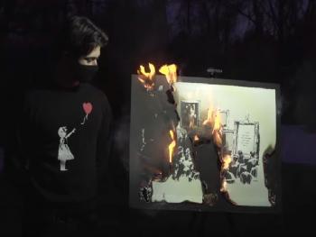 Картину Бэнкси за 95 тысяч долларов сожгли в прямом эфире. И она стала стоить ещё дороже