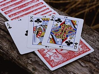 Не скрещивать ноги и не ставить на 4: самые популярные суеверия в казино