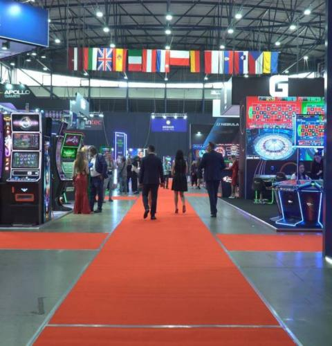 """Jackpots from Zibrov's mustache, justified expectations and an emotional conference: the first day of the """"Gaming Industry"""" exhibition"""